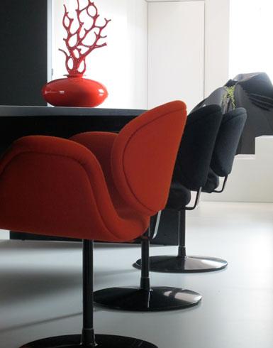 tafel cube / stoel tulip pierre paulin / vaas