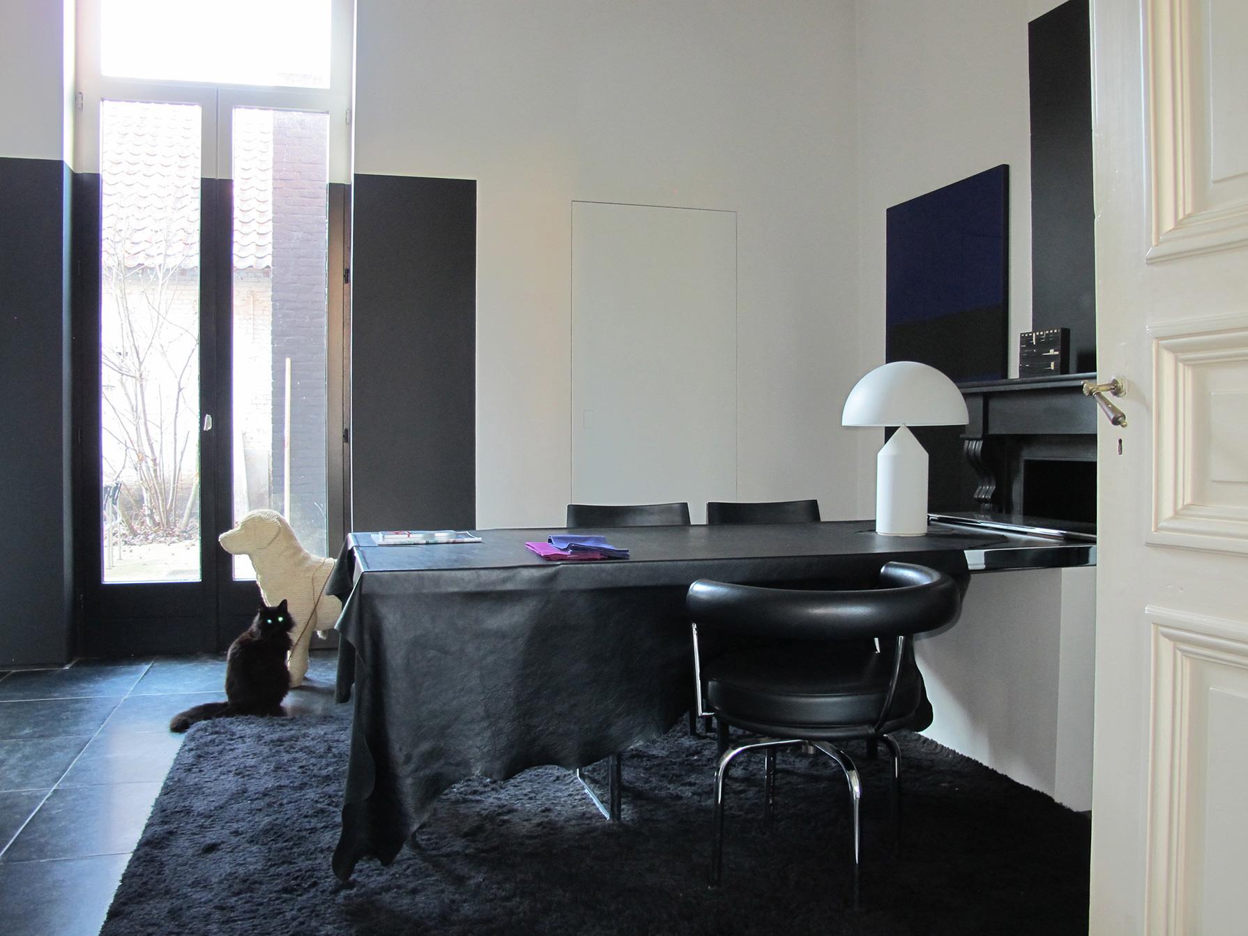 stoel LC7 / tafel ospite van Charlotte Perriand/ stoel laleggera/tapijt sauvage