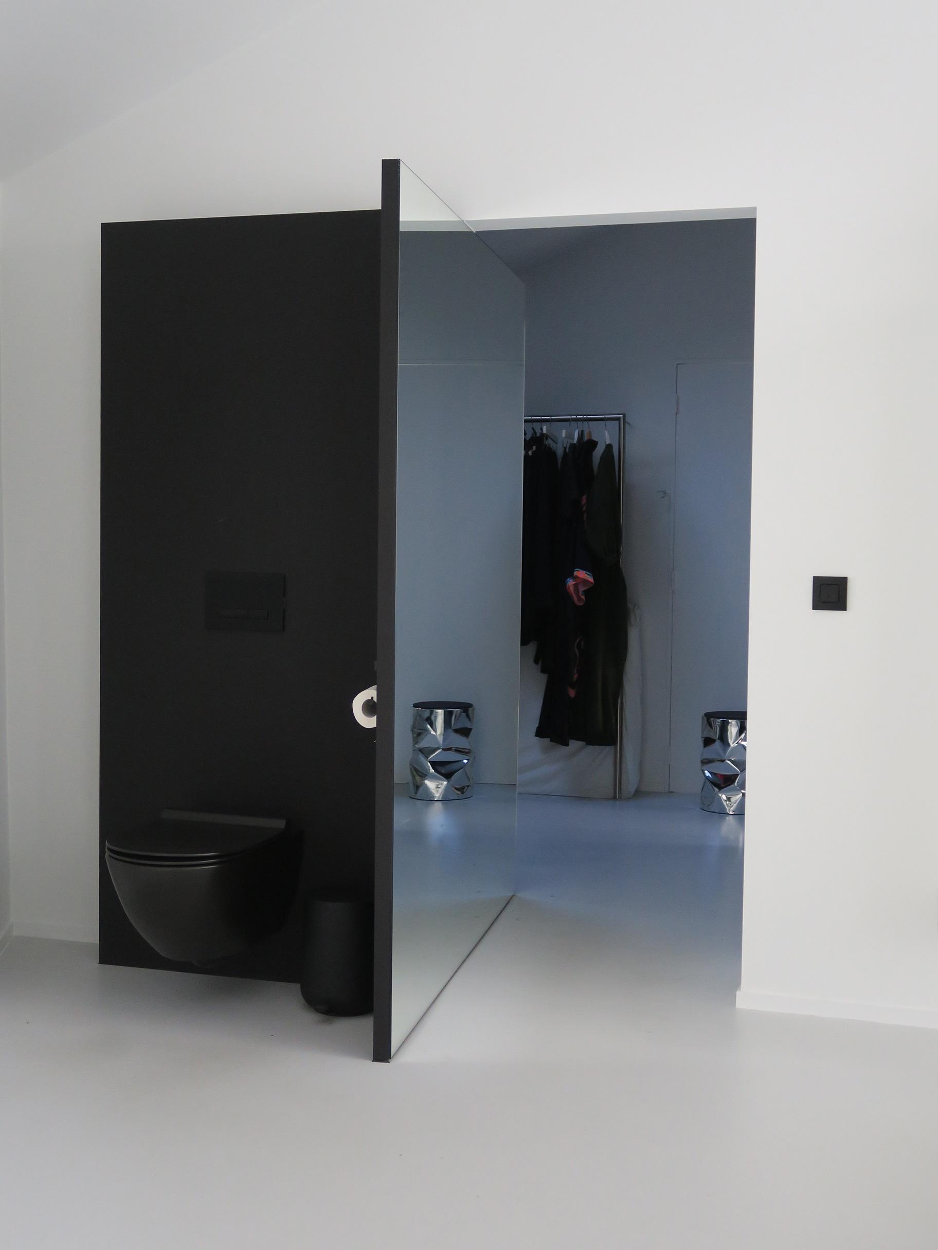bestaande deur verwijderd en verbinding tussen kleed en badkamer en het zo creëren van een wat afgeschermde toilethoek/ kruk tab u van Bruno Rainaldi