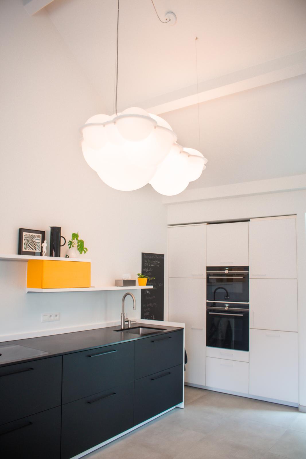 basisidee keuken verder uitgewerkt door leverancier bouwpromotor- lamp nuvola van Mario Bellini